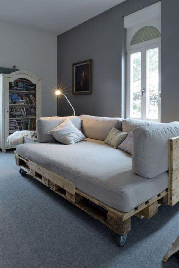 Sofá de palete com rodinhas