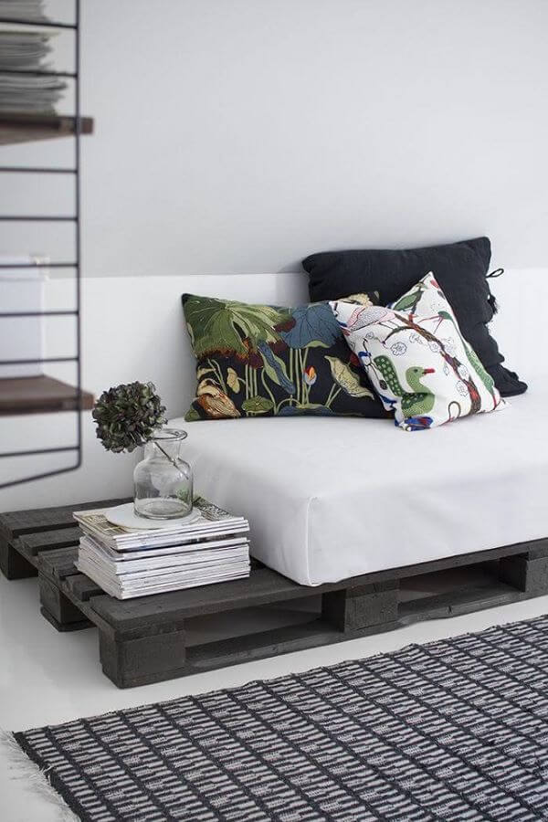 Sofá de palete preto com almofada preta