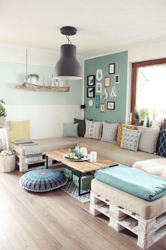Sofá de palete na sala grande com mesa de centro industrial