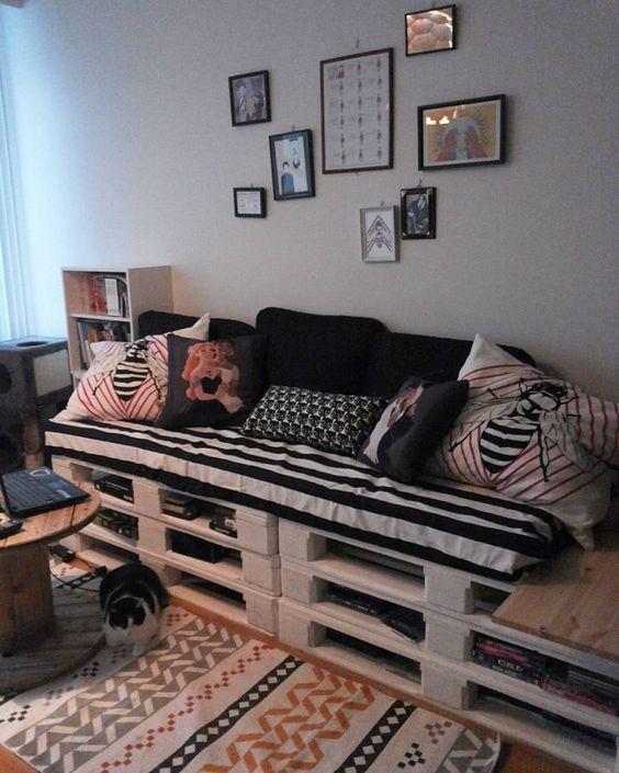 Sofá de palete na sala moderna