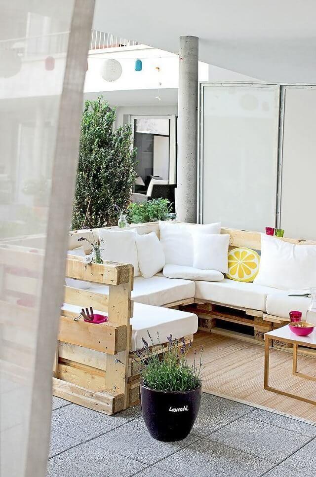 Sofá de palete branco no jardim