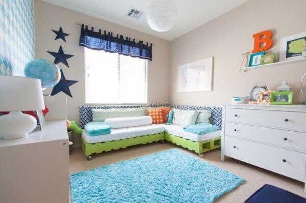 O sofá de palete também é uma ótima opção para o quarto infantil