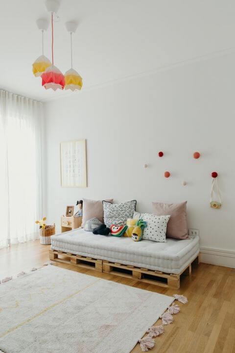 Sofá cama de palete pequeno no quarto infantil