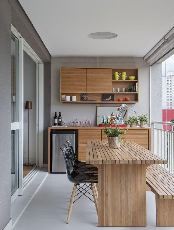Varanda com mesa de madeira rustica no bar