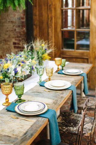 Varanda com mesa de madeira rústica