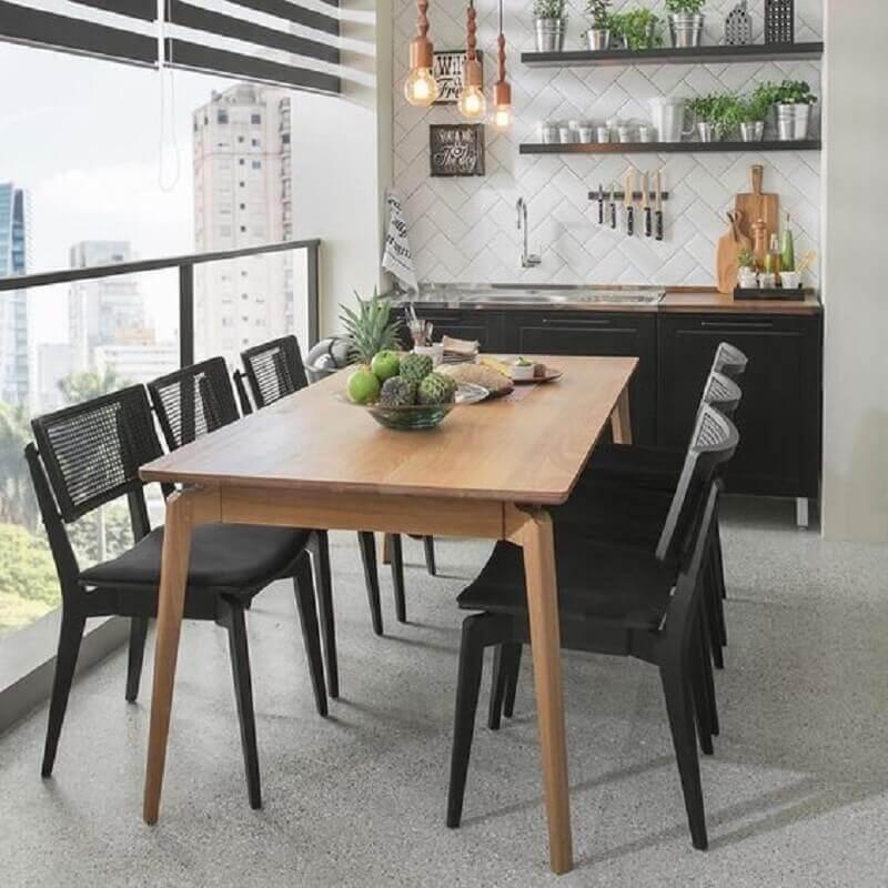 varanda gourmet decorada com mesa de madeira e cadeiras pretas Foto Pinterest
