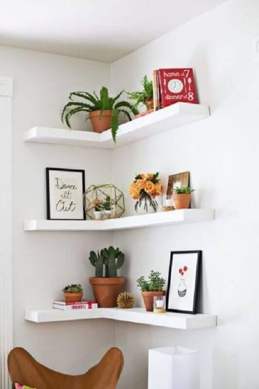 vasos de plantas para decoração de prateleira de canto branca Foto Apartment Therapy