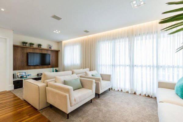 Sala de estar iluminada com cortinas