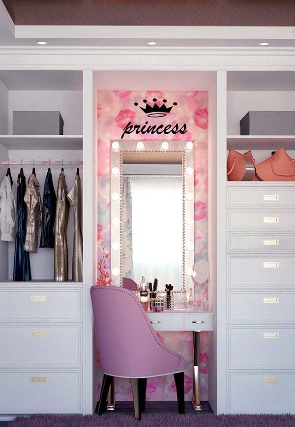A cadeira para penteadeira camarim rosa trouxe um toque de cor para o quarto