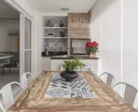 A churrasqueira para apartamento foi feita sob medida para o espaço. Projeto por Idealizzare Arquitetos -Consultoria em projetos