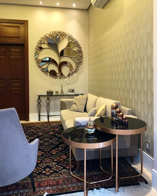 A escultura de parede espelhada é ideal para ambientes pequenos