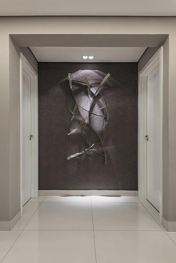 A escultura de parede foi destacada pelo spot de luz