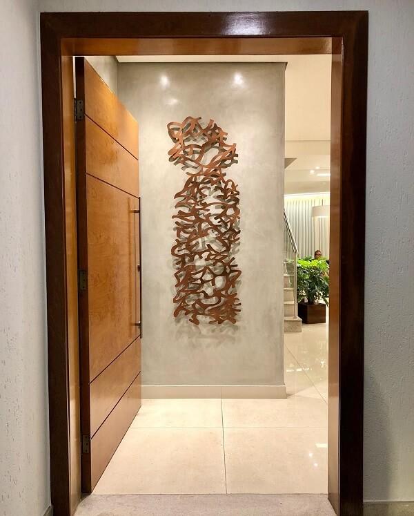 A escultura de parede foi exposta logo na entrada de casa