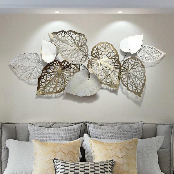 A escultura de parede metal decora a sala de estar