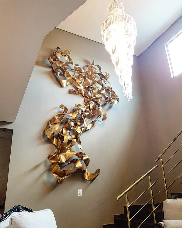 A escultura de parede pode fazer parte da área da escada