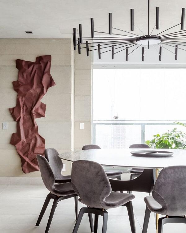A escultura de parede traz sofisticação para a sala de jantar