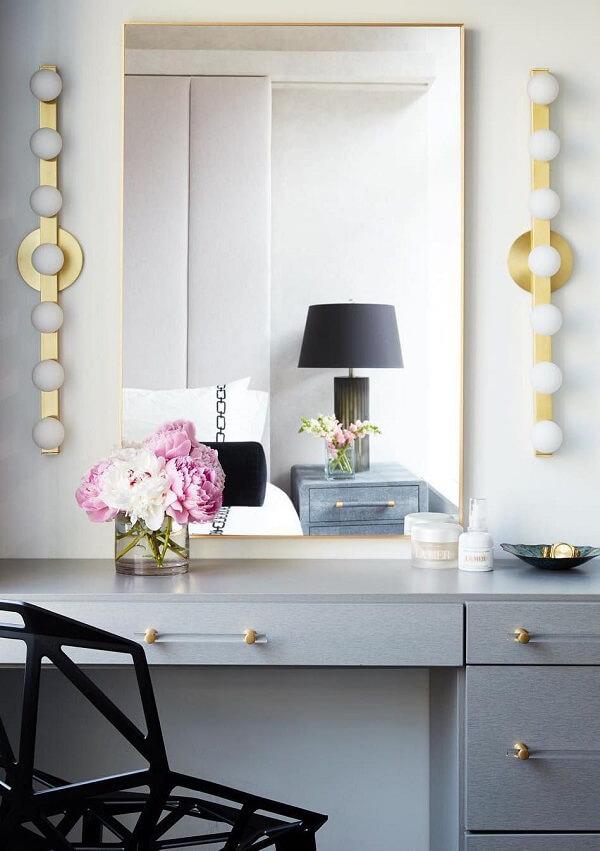 A lâmpada para penteadeira camarim foi fixada apenas na lateral do espelho