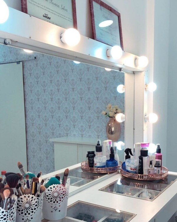 A lâmpada para penteadeira camarim ajuda na iluminação do quarto