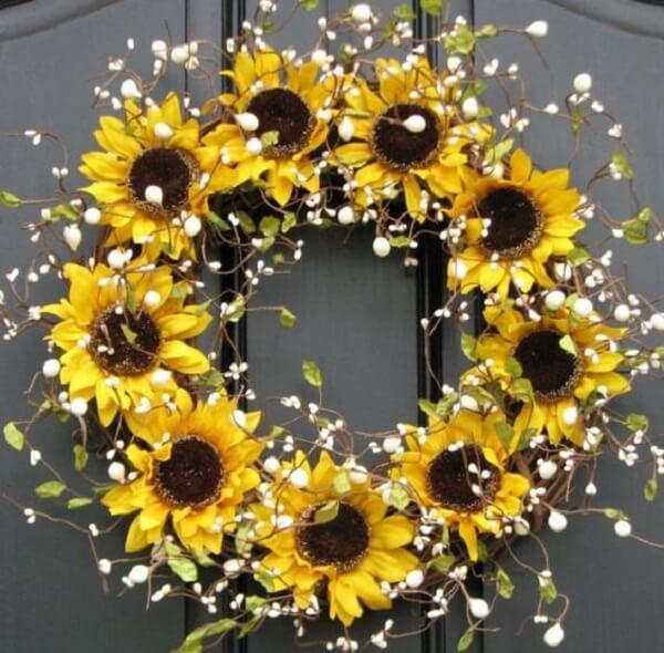 A porta de entrada pode receber uma decoração especial com flores amarelas