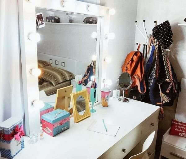 Adicione vários espelhos na penteadeira camarim