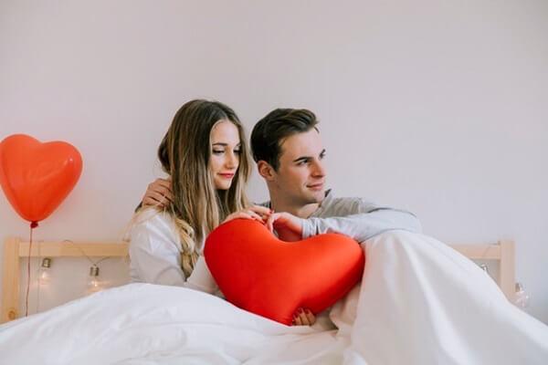 Almofadas em formato de coração trazem fofura para quarto decorado dia dos namorados