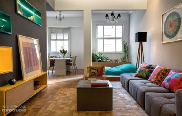 Ambiente descontraído com sofá modular cinza
