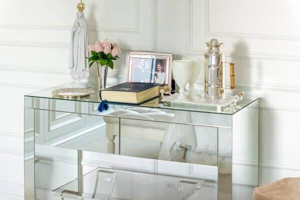 Aparador para sala pequena espelhado dá a sensação de amplitude