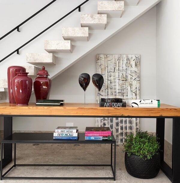 Aproveite para decorar o cantinho perto da escada
