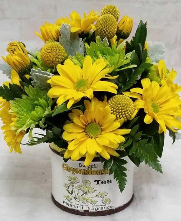 Arranjo simples feito com flores amarelas de crisântemo