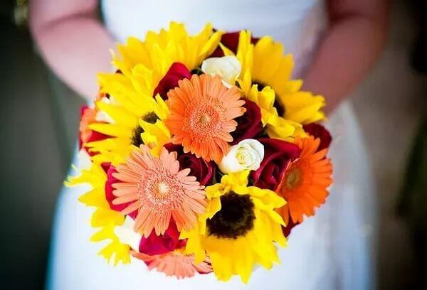 A flor branca e amarela se misturam no buquê da noiva