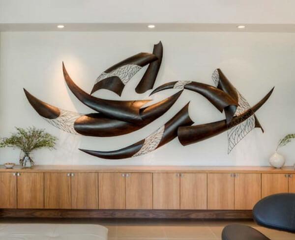 As luzes trazem um toque especial para a escultura de parede