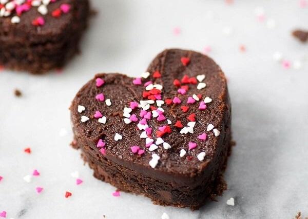Até os brownie podem entrar nesse clima romântico de decoração de quarto dia dos namorados
