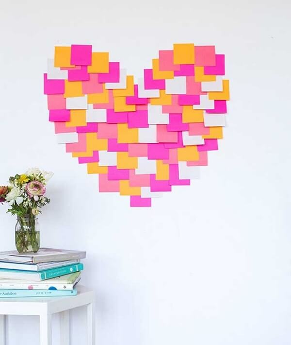 Bilhetinhos em post it podem formar um lindo coração na parede