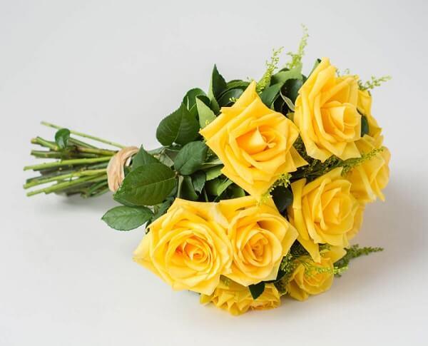 Buquê de flores amarelas com 12 rosas
