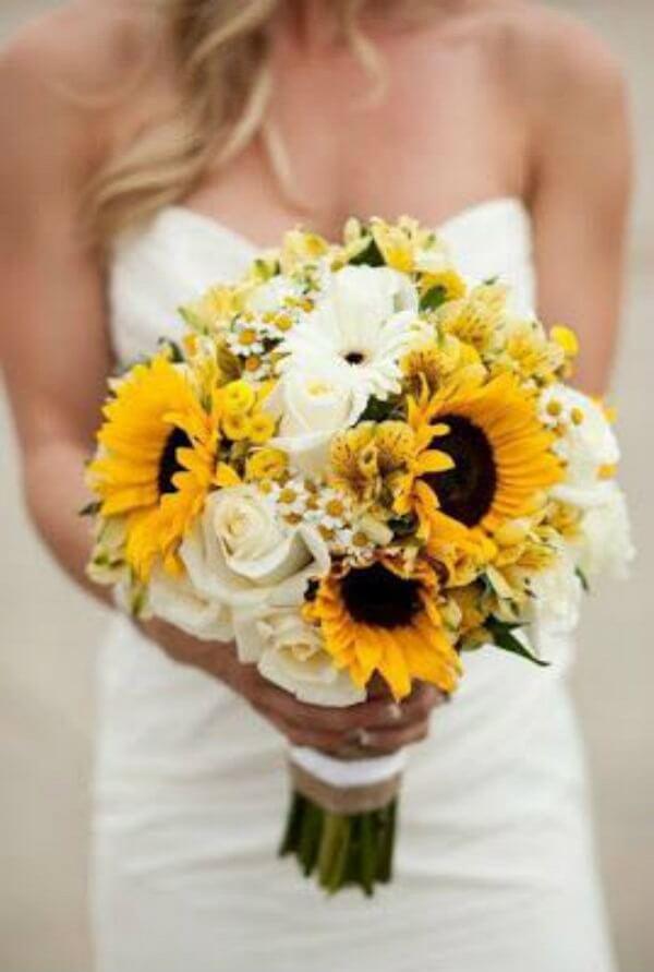 Buquê de flor branca e amarela mescla girassóis e rosas