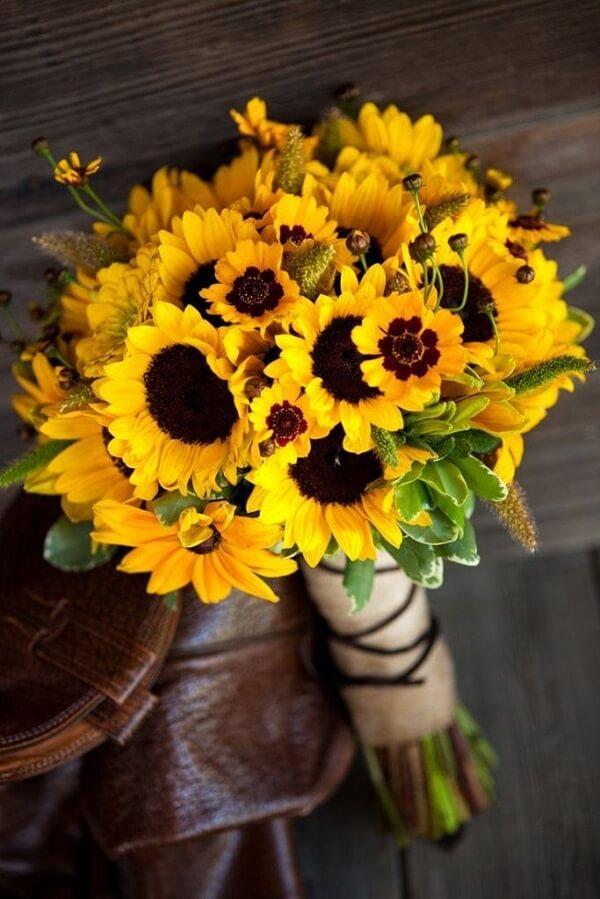 Buquê de flores amarelas usando somente girassóis