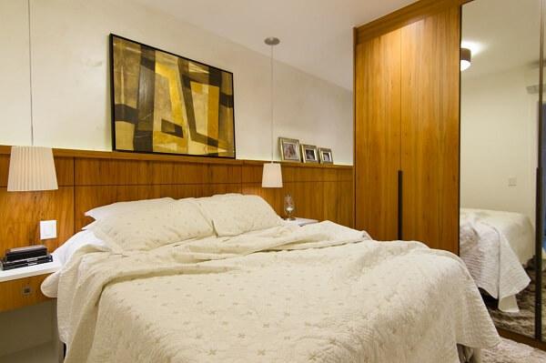 Cabeceira de madeira comum e luminárias brancas e guarda roupa casal mdf com porta de espelho