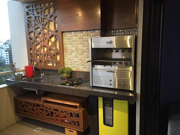 Churrasqueira a gás para apartamento apoiada na bancada