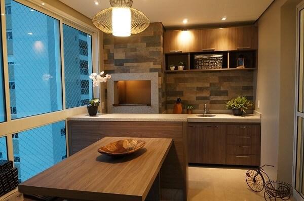 Churrasqueira para apartamento com revestimento e mesa de madeira