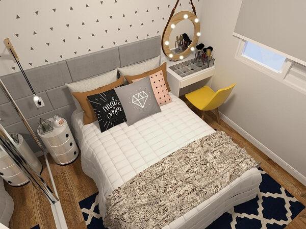 Coloque sua penteadeira camarim pequena ao lado da cama para melhorar a circulação de pessoas no cômodo