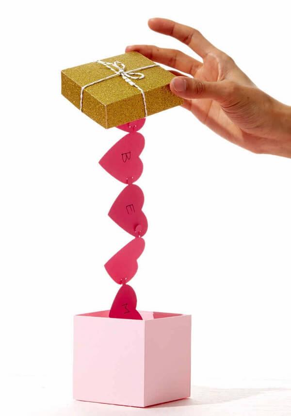 Com uma caixinha, papel, tesoura, cola e caneta é possível criar uma surpresa especial