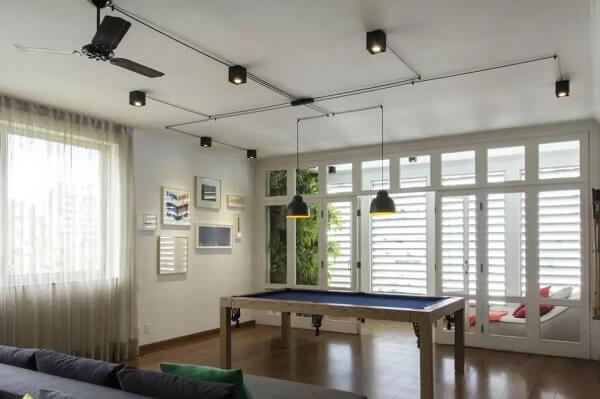 Como esconder fios no teto de forma criativa