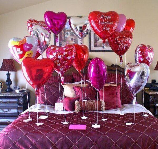 Complemente a decoração de dia dos namorados com balões na cama