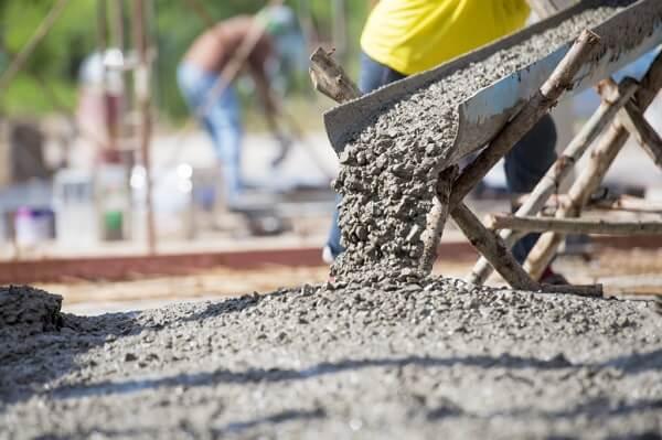 O concreto é um material de construção resultante da mistura de cimento, areia, pedra brita, água e aditivos