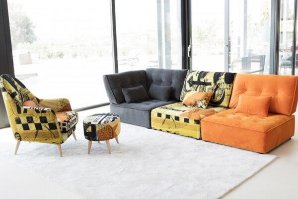 Cores e estampas se misturam neste sofá modular