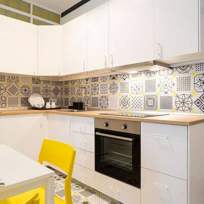 Incluir adesivos na cozinha é um dos truques para melhorar a decoração da casa