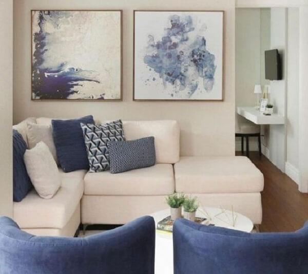 Decoração clean com sofá modular branco e almofadas em tons de azul