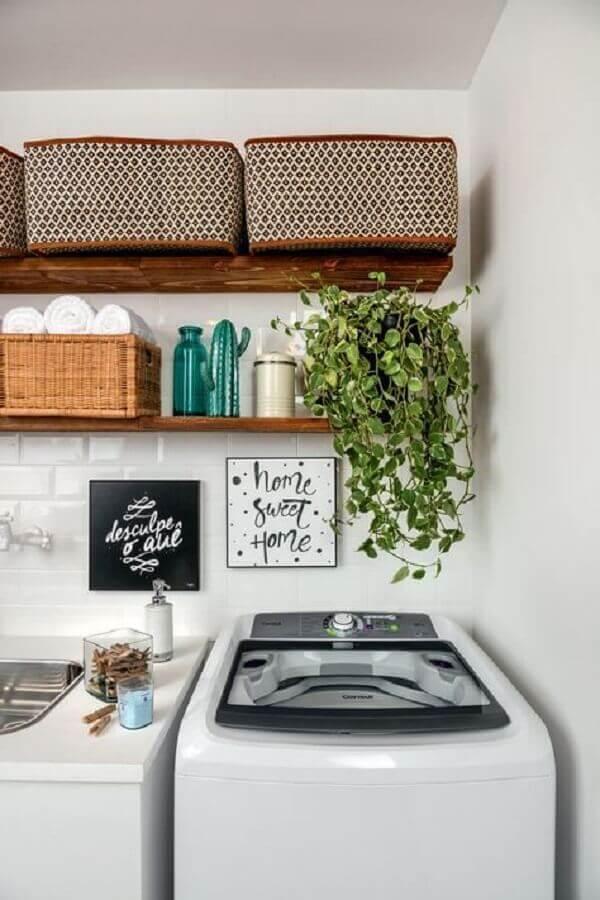 Decoração de lavanderia com plantas pendentes Foto Archello