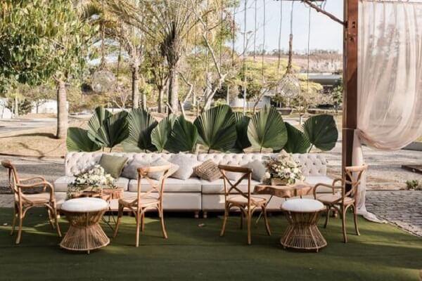 Decoração externa feita com coqueiro de jardim da espécie leque