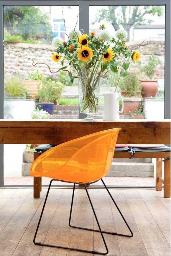 Decore a sala de estar com flores amarelas de girassóis